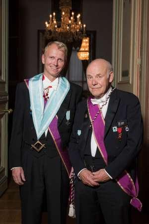 Ordførende Mester Kjell Juveth Johansen og vår kantor Thor Skott Hansen med honnørtegnet.