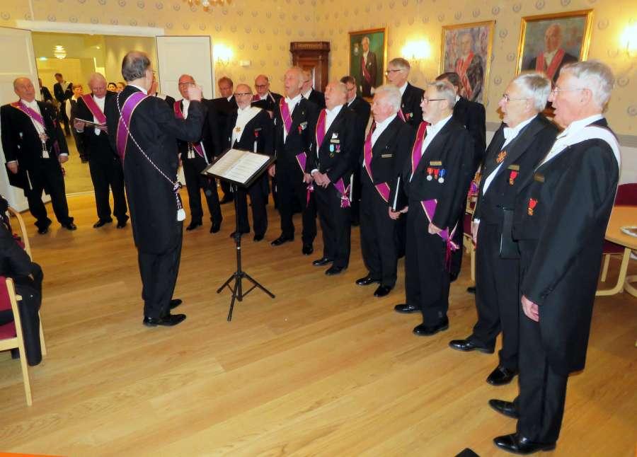 Tradisjonen tro bidro Frimurerkoret til stemningen med vakker korsang.