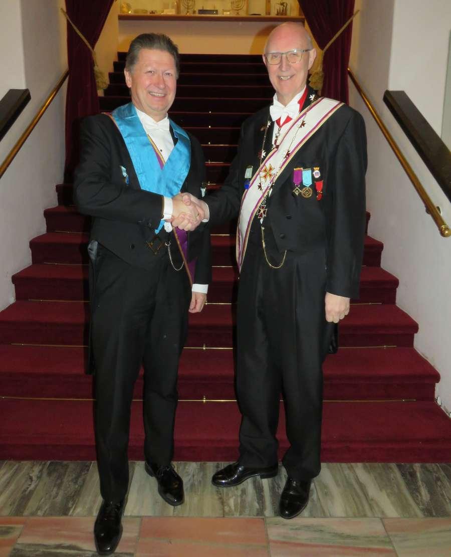 En gjensidig gratulasjon. OM i Midnatsol, Øyvind Kvalnæs og Provincialmester i Tromsø Provincialloge, Per Trygve Kongsnes.