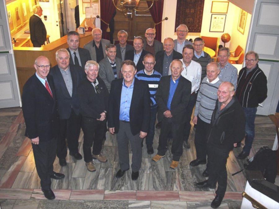 Samtlige Ordførende Mestre i Tromsø Provins var samlet til O.M.-møte, og kunne delta i både Hålogalands Høytidsmøte og ved grunnstensnedleggelsen samme dag. Midt i bildet foran: Ordenes Stormester Tore Evensen. Lengst til venstre: Provincialmester Per Trygve Kongsnes.