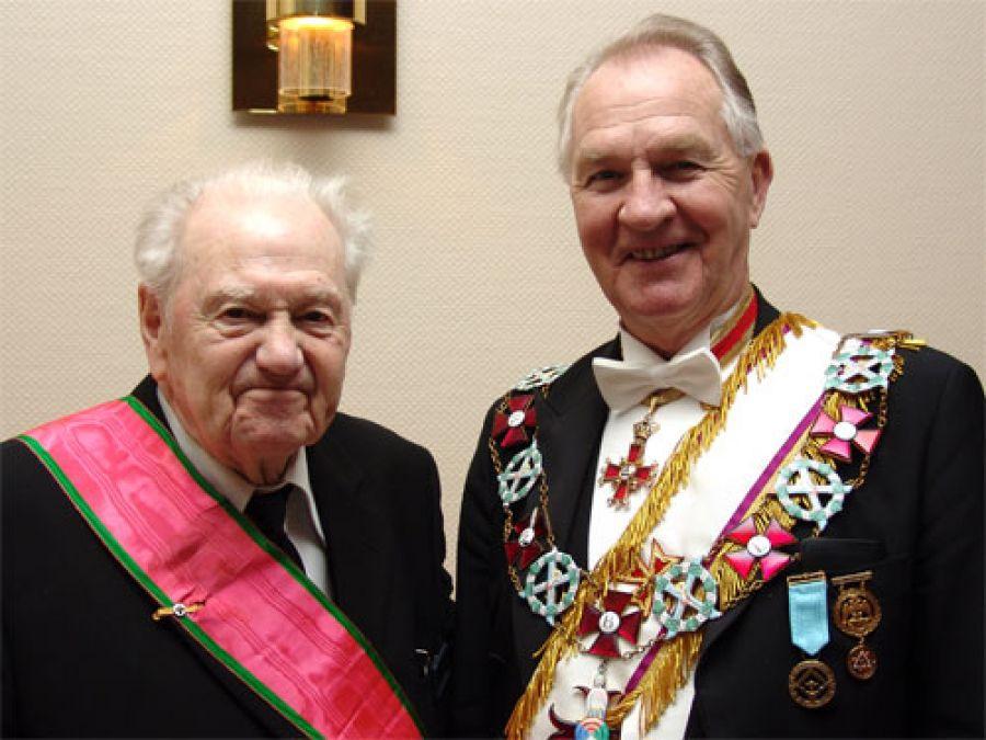 Ludvig Hartmark med Ordenens Stormester ved et møte i Horten i februar 2008.