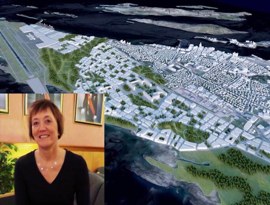 """Foredragsholderen, Irene Skiri, med skisse av """"Ny by"""" i bakgrunnen."""