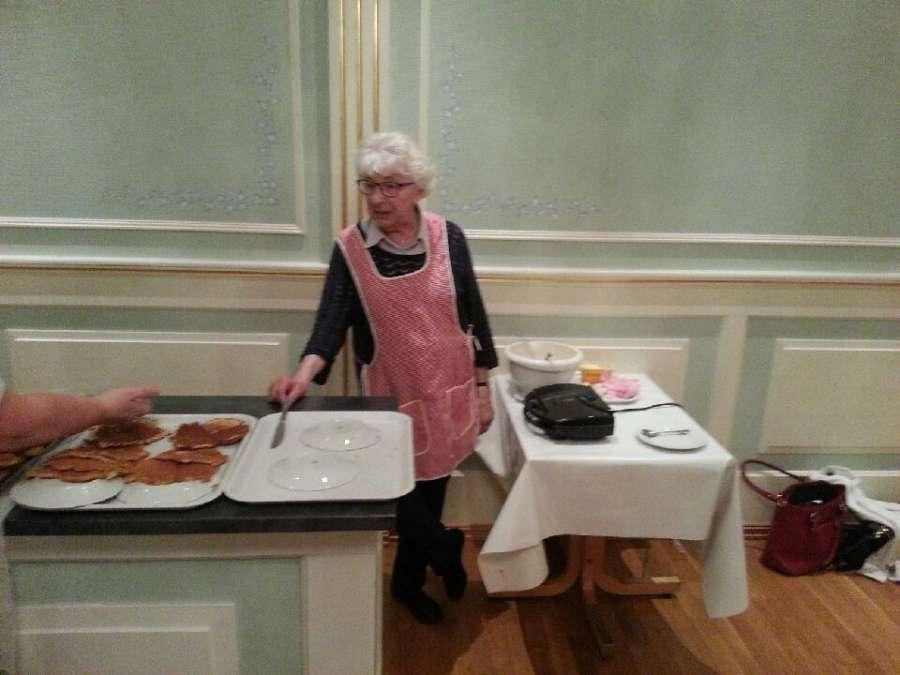 Søster (86) i vaffelstekinga, et viktig bidrag til en god og hyggelig dugnad!