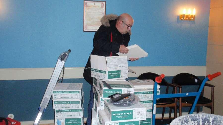 Husinspektør Ole Christian Kjenes har kontroll på flisene som skal legges