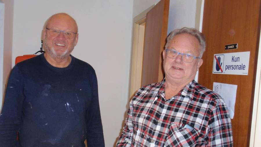 Brødrene Carls Carlsen og Dag Johannesen har malt rom og dører på dugnad