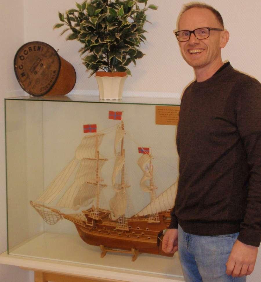 En seilskute er en selvfølgelig dekorasjon i sjøfartsbyen Arendal, sier Husmester Rune Jonassen