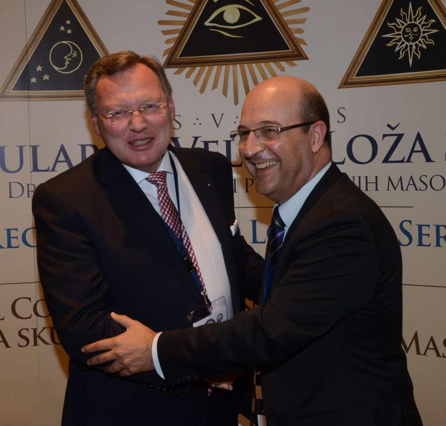 Stormester Oscar de Alfonso Ortega (til høyre) takker for gode samtaler om norsk frimureris fremtid i Spania