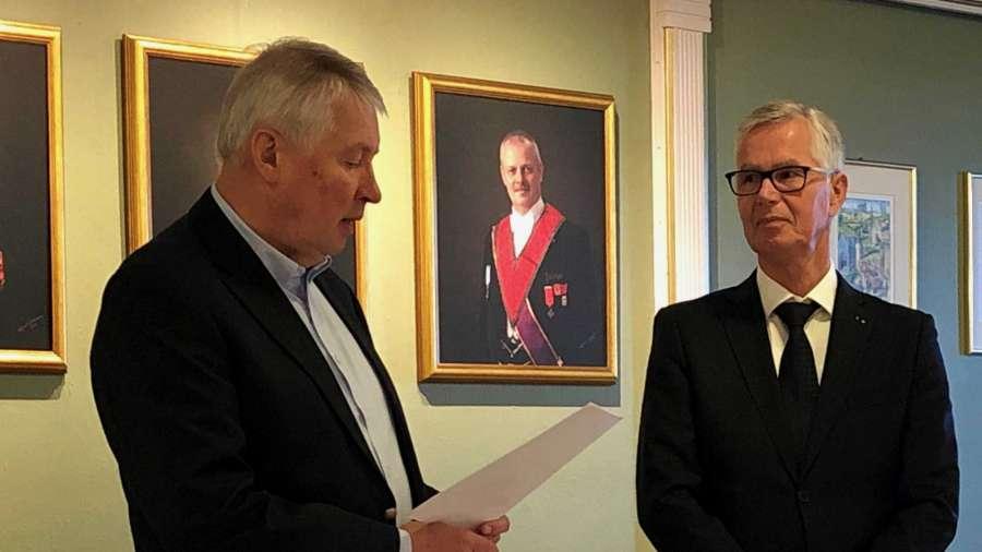 Provincialmester Thor Bergby overrekker utnevnelsesdokumentet til ny Ordførende Mester i St. Andreaslogen Kronen Oddgeir Bjørli
