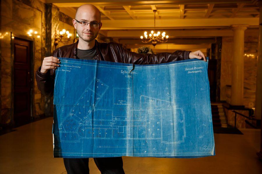 Arkitekt Joachim Svela med blåkopien