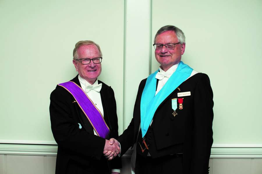 Avtroppende OM Leif Gjerstad gratulerer ny OM Oddvar Tjernshaugen